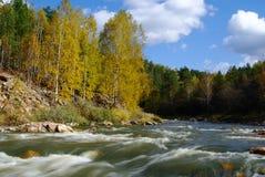 Horizontal de fleuve en automne. Montagnes d'Ural. La Russie photos libres de droits