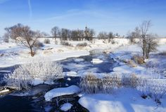 Horizontal de l'hiver avec le fleuve figé Photographie stock