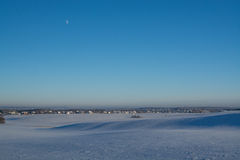 Horizontal de l'hiver Jour ensoleillé Baisse d'hiver Les couleurs lumineuses Paysage simple Chemin forestier de forêt d'hiver fil Images stock