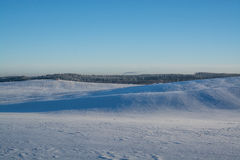 Horizontal de l'hiver Jour ensoleillé Baisse d'hiver Les couleurs lumineuses Paysage simple Chemin forestier de forêt d'hiver fil Photo libre de droits