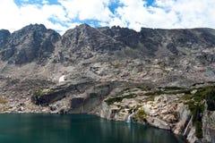 Horizontal de lac et de cascade à écriture ligne par ligne mountain Photos libres de droits