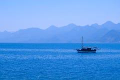 Horizontal de mer avec la silhouette des montagnes Image libre de droits