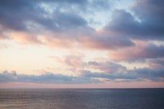 Horizontal de mer avec un ciel nuageux dedans images stock