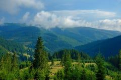 Horizontal de montagne avec des nuages Photo stock