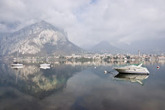 Horizontal de montagne avec des réflexions sur le lac Como Photos stock