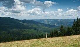 Horizontal de montagne avec la croix en bois Photographie stock libre de droits
