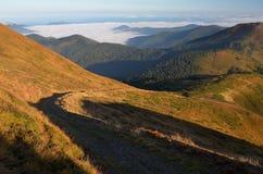 Horizontal de montagne avec la route Photographie stock