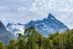Horizontal de montagne avec le ciel nuageux Images stock