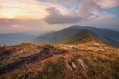 Horizontal de montagne d'automne Chemin de montagne sur le fond de ciel de coucher du soleil La manière de l'apogée La pente de m Photographie stock libre de droits