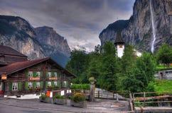 Horizontal de montagne de la Suisse avec la cascade à écriture ligne par ligne Images libres de droits