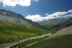 Horizontal de montagne Montagnes, les crêtes de montagne, gorges et vallées Les pierres sur les pentes Image stock