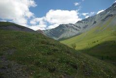 Horizontal de montagne Montagnes, les crêtes de montagne, gorges et vallées Les pierres sur les pentes Images libres de droits