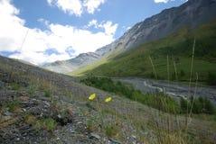 Horizontal de montagne Montagnes, les crêtes de montagne, gorges et vallées Les pierres sur les pentes Photos libres de droits