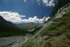 Horizontal de montagne Montagnes, les crêtes de montagne, gorges et vallées Les pierres sur les pentes Photos stock