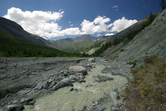 Horizontal de montagne Montagnes, les crêtes de montagne, gorges et vallées Les pierres sur les pentes Photographie stock libre de droits