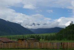 Horizontal de montagne Montagnes, les crêtes de montagne, gorges et vallées Les pierres sur les pentes Photo libre de droits