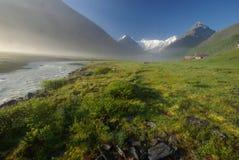 Horizontal de montagne Montagnes, les crêtes de montagne, gorges et vallées Les pierres sur les pentes Image libre de droits