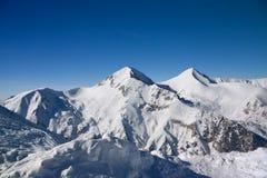 Horizontal de montagnes de l'hiver en jour ensoleillé Photographie stock libre de droits