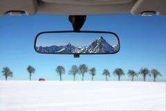 Horizontal de neige dans le miroir d'arrière de véhicule image stock