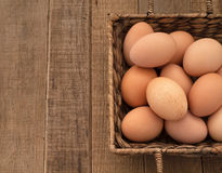 Ovos de Brown no fundo de madeira rústico Fotos de Stock Royalty Free