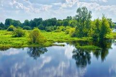 Horizontal de source avec la rivière et les nuages sur le ciel bleu image libre de droits