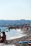 Horizontal de ville Vue de la mer, de la plage et du remblai de Promenade des Anglais en été Photos stock