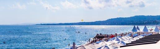 Horizontal de ville Vue de la mer, de la plage et du remblai de Promenade des Anglais en été Photos libres de droits