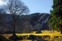 Horizontal des montagnes et de la cascade à écriture ligne par ligne photo stock