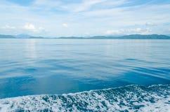 Horizontal do Seascape que inclui Forest Mountain, o céu azul e a onda da água Fotos de Stock Royalty Free