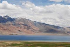 Horizontal doux, lac et montagnes de couleur dans Ladakh Images libres de droits