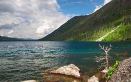 Horizontal et lac de montagnes. Photographie stock