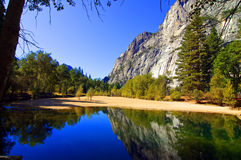 Horizontal extérieur de nature avec l'eau et des montagnes Images stock