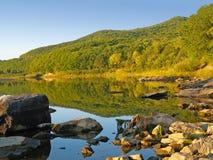 Horizontal fin de lac de forêt avec des réflexions Photos stock