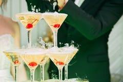 Horizontal gestalteter Schuß Heiratsdiachampagner für Braut und Bräutigam Bunte Heiratsgläser mit Champagner Catering Caterin Lizenzfreie Stockbilder
