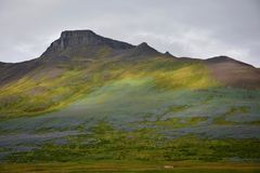 Horizontal islandais La montagne Spakonufell près de la ville de Skagaströnd images stock