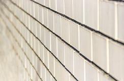 Horizontal jaune-clair diagonal de mur de briques de fond de tache floue fraîche de defocus image stock