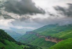 Horizontal lumineux de montagne Vue panoramique des montagnes herbeuses un jour ensoleillé d'été La Russie images libres de droits