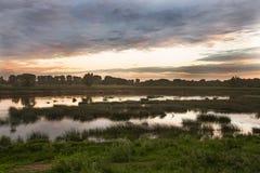 Horizontal rural Coucher du soleil au-dessus de la rivière de Belaya Image libre de droits