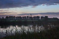 Horizontal rural Coucher du soleil au-dessus de la rivière de Belaya Photos libres de droits