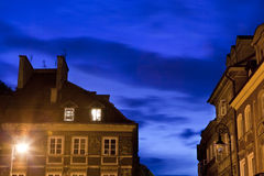 Horizontal urbain de belle nuit dans l'oldtown de Varsovie Photographie stock