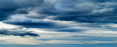 HORIZONTAL VIVID BLUE CLOUDSCAPE DRAMATIC CLOUDS Royalty Free Stock Photography