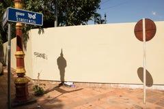 Horizontale abstrakte Ansicht des runden Zeichens auf einem Pfosten auf einer sonnigen Ecke mit dem streetsign sichtbar Stockfotos