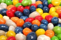Horizontale achtergrond die van multi-coloured snoepjes met rozijn wordt gemaakt Stock Afbeeldingen