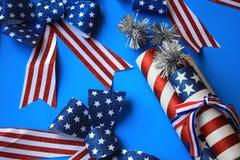 Horizontale amerikanische Feiertagsflaggenbögen und -Kracher stockbilder