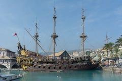 Horizontale Ansicht der Steuerbordseite eines alten Piraten Galeo lizenzfreie stockfotografie