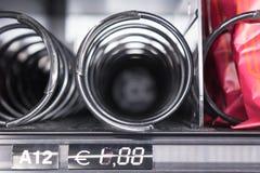 Horizontale Ansicht des Abschlusses oben der leeren Spiralen innerhalb des Snacks VE stockfotos