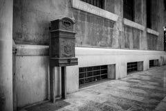Horizontale Ansicht eines alten allgemeinen Briefkastens in der Straße bei Nig lizenzfreie stockfotos