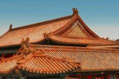 Horizontale Ansicht von goldenen chinesischen Ziegeldächern Verbotene Stadt, Peking lizenzfreies stockfoto
