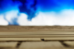 Horizontale Backsteinmauer mit Bewegungsunschärfehintergrund des blauen Himmels Lizenzfreies Stockbild