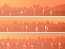 Horizontale banners met zeilboten en cumuluswolken bij zonsondergang vector illustratie